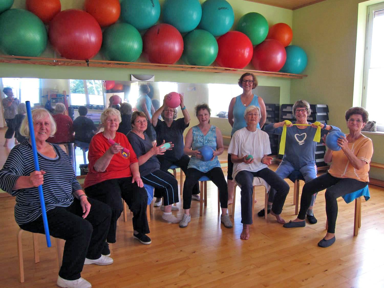 Hockergymnastik für Männer und Frauen